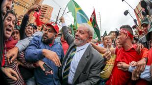 L'ancien président du Brésil Luiz Inacio Lula da Silva lors de son arrivée à la cour fédérale de justice de Curitiba, au Brésil, pour son audience le 10 mai 2017.