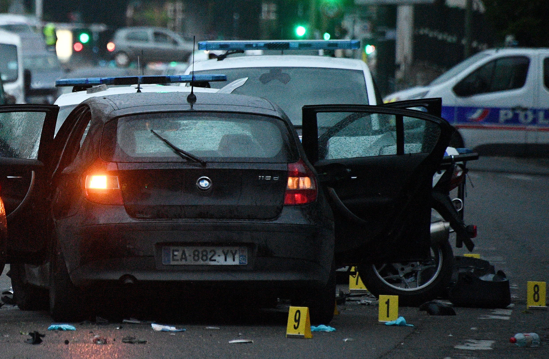 سيارة تدهس عنصرين من الشرطة في كولومب بالضاحية الباريسية. 27 أبريل/نيسان 2020.