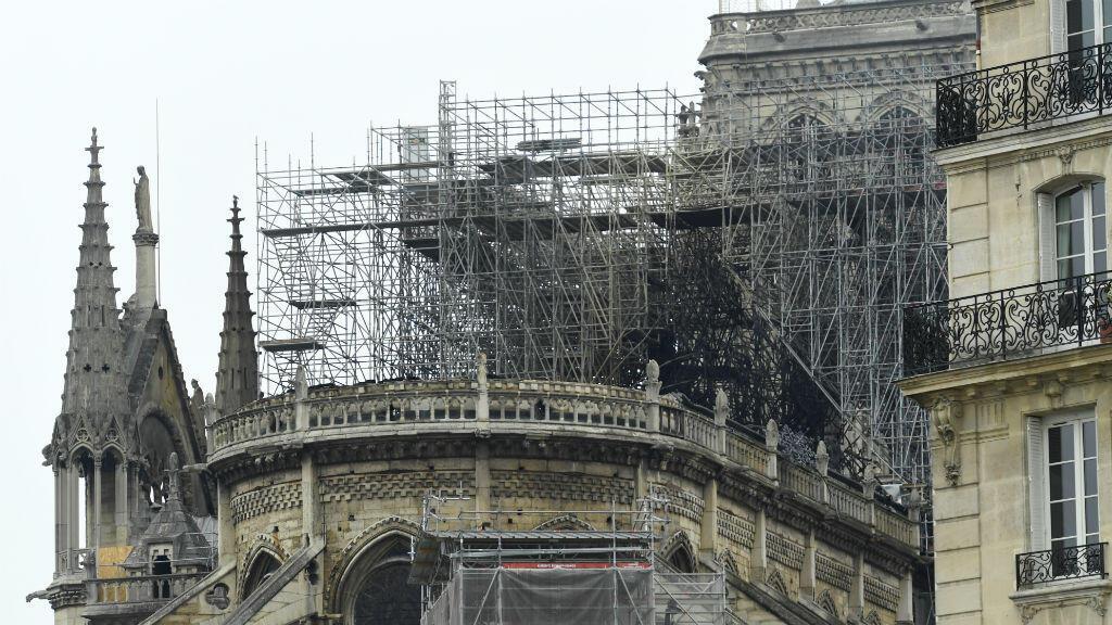 Una fotografía tomada el 16 de abril de 2019 muestra el andamio sobre el techo de Notre-Dame de París después del incendio que devastó la catedral. Se estima que se usaron alrededor de 1.300 robles en la construcción del techo original.