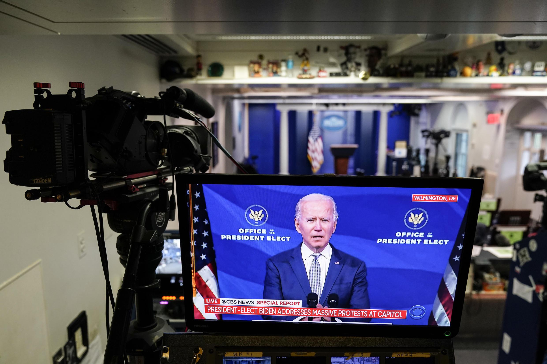 El presidente electo Joe Biden visto en un monitor durante un discurso en la sala de reuniones de la Casa Blanca, el 6 de enero de 2021, en Washington, DC.