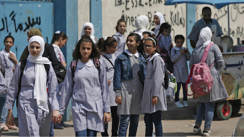 Los alumnos se reúnen frente a una escuela administrada por la Agencia de las Naciones Unidas para los Refugiados Palestinos (UNRWA) en la ciudad de Gaza, el 29 de agosto de 2018, primer día de clases después de las vacaciones de verano.