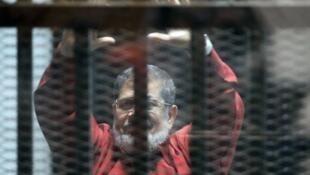 الرئيس المصري المعزول محمد مرسي في قفص المحكمة في القاهرة في 21 حزيران/يونيو 2015