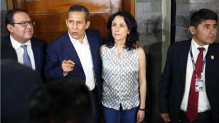 El ex presidente de Perú (2011-2016) Ollanta Humala, junto a su esposa, Nadine Heredia, en la entrada de su hogar tras haber sido liberados de cárcel preventiva por cargos de lavado de dinero, en Lima, el 30 de abril de 2018.