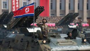 جنود كوريون شماليون في صورة من الارشيف خلال عرض عسكري في بيونغ يانغ في 27 تموز/يوليو 2013.