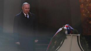 El presidente ruso, Vladímir Putin, pone flores durante un evento para conmemorar el 75 aniversario de la batalla de Stalingrado en la Segunda Guerra Mundial, en el complejo conmemorativo de Mamayev Kurgan en la ciudad de Volgogrado.