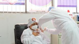 La enfermera Verónica Machado recibe la primera dosis de la vacuna de Pfizer-BioNTech contra el covid-19, el 17 de febrero de 2021 en Sincelejo, norte de Colombia