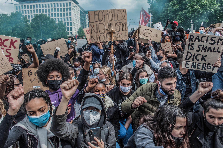 Manifestation à Bruxelles en soutien du mouvement Black Lives Matter, en juin 2020. La foule dénonce les affres du colonialisme belge dans ce qui est maintenant la RD Congo.