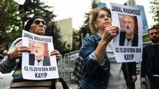 Des membres de Human Rights Association, brandissant des affiches du journaliste disparu, le 9 octobre, à Istanbul.
