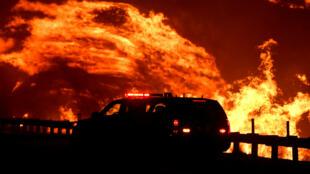 Un incendie attisé par le vent continue de dévaster la forêt de Canyon Country, au nord de LosAngeles, le 25octobre2019.