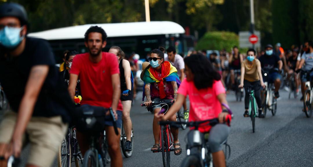 La gente monta sus bicicletas para comenzar el mes del orgullo LGBTQ y para defender la bicicleta como medio de transporte en Madrid, España, el 25 de junio de 2020.