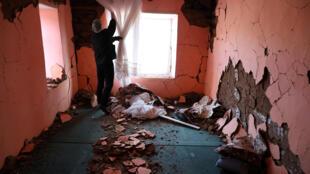 رجل يتفقد منزله في قرية ضربها زلزال في مقاطعة ملاطية، تركيا، 27 يناير / كانون الثاني 2020.