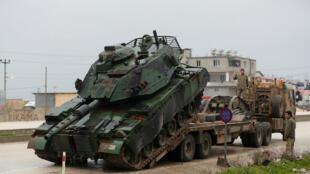 Un tanque turco llega a una base militar a la frontera con Siria, el 17 de enero del 2018.