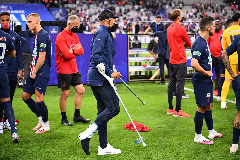L'attaquant du PSG Kylian Mbappé blessé, après le succès en finale de la Coupe de France contre Saint-Étienne au Stade de France, le 24 juillet 2020.