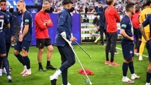 L'attaquant du PSG Kylian Mbappé blessé, après le succès en finale de la  Coupe de France contre Saint-Etienne, le 24 juillet 2020 au Stade de France