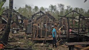 Un habitant de Borongan, aux Philippines, constate les dégats du typhon Hagupit le 8 décembre.