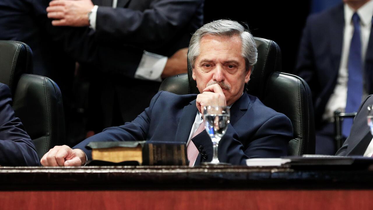 El presidente electo de Argentina, Alberto Fernández, observa mientras asiste al juramento del gobernador de Tucumán, Juan Manzur, en San Miguel de Tucumán, Argentina, el 29 de octubre de 2019.