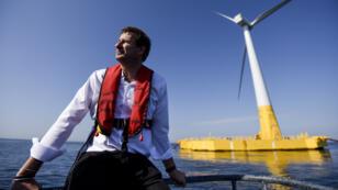 Yannick Jadot, le 28 septembre 2018, devant la première éolienne offshore flottante française, Floatgen, au large de La Turballe.