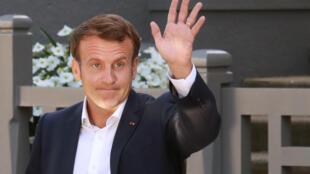 Emmanuel Macron quitte sa maison avoir voté pour le second tour des élections municipales du 28 juin 2020, au Touquet.