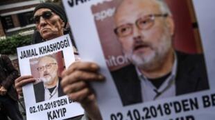 متظاهرون يحملون صور الصحافي السعودي جمال خاشقجي