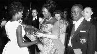 Marie-Thérèse Houphouët-Boigny, seconde épouse du premier président de la République de Côte d'Ivoire, ici au centre de l'image en 1963.