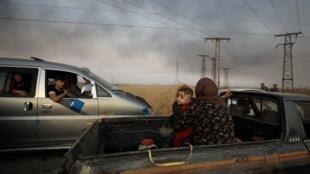 مدنيون يفرون من مناطق الاشتباكات في رأس العين شمال سوريا. 9 أكتوبر/تشرين الأول 2019.