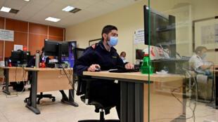 Militares españoles rastrean los contactos de personas infectadas con coronavirus en el Cuartel General de la Armada Española en Madrid, el 2 de octubre de 2020