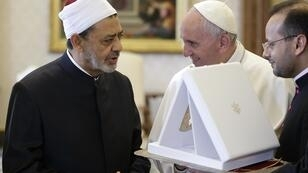 Le pape François s'entretient avec le grand imam d'Al-Azhar (à sa droite) et le cheikh Ahmed Al Tayeb, au Vatican le 23 mai 2016.