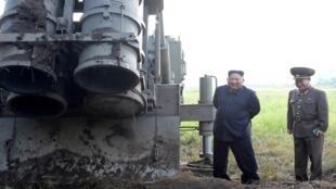 الزعيم الكوري الشمالي كيم جونغ أون يختبر قاذفة صواريخ، كوريا الشمالية، 10 سبتمبر/ أيلول 2019.