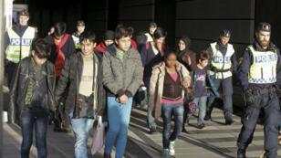 Un groupe de migrants sur un pont entre la Suède et le Danemark, près de Malmö, le 12 novembre 2015.