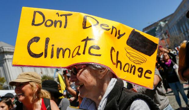 En esta foto de archivo tomada el 08 de septiembre de 2018, una mujer lleva un letrero en la cabeza en Civic Center Plaza después de marchar en la acción global 'Rise for Climate' en el centro de San Francisco, California, el 12 de septiembre de 2018.