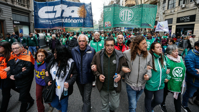 Buenos Aires, Argentina, 10/09/2019.  Cientos de personas participan en el paro general este lunes, en Buenos Aires (Argentina).