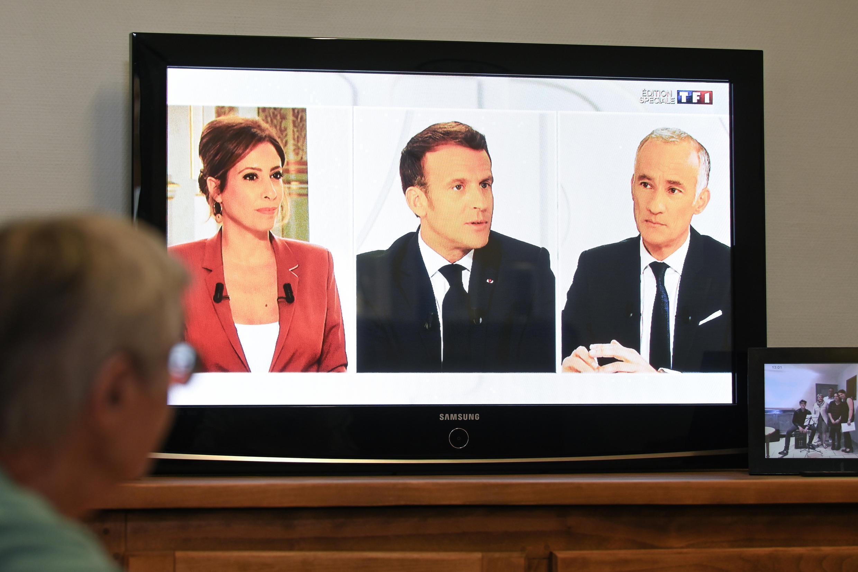 Emmanuel Macron (centre) entouré des journalistes Léa Salamé et Gilles Bouleau lors de l'entretien télévisé du 14 juillet 2020.