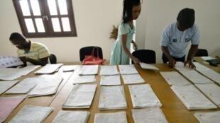 موظفون في المفوضية المستقلة للانتخابات يحضرون نتائج الاستفتاء في أبيدجان