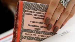 Una mujer emite su voto en las elecciones regionales de Campania, que se pospusieron de su fecha original en mayo, debido a la pandemia del Covid-19. En Nápoles, Italia, el 20 de septiembre de 2020.