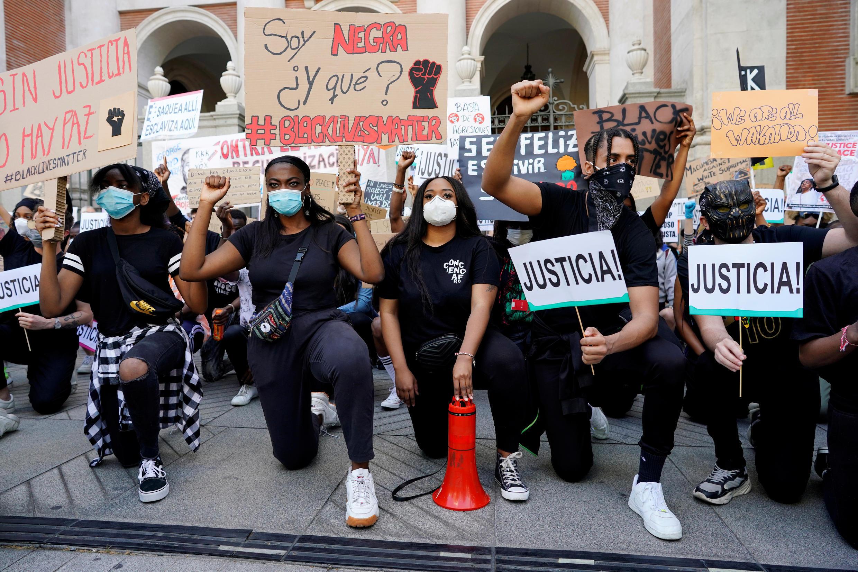 Les manifestants à Madrid rejoignent le mouvement mondial contre la discrimination raciale et les méthodes policières, le 7 juin 2020, en Espagne.