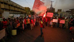 سودانيون يتظاهرون في الخرطوم تضامنا مع متظاهرين في نرتيتي يطالبون الحكومة بحماية أراضيهم الزراعية في 4 تموز/يوليو 2020