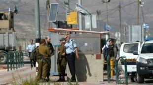 قوات أمن إسرائيلية عند حاجز تابواح في 19 ت1/أكتوبر 2016 بالضفة الغربية المحتلة
