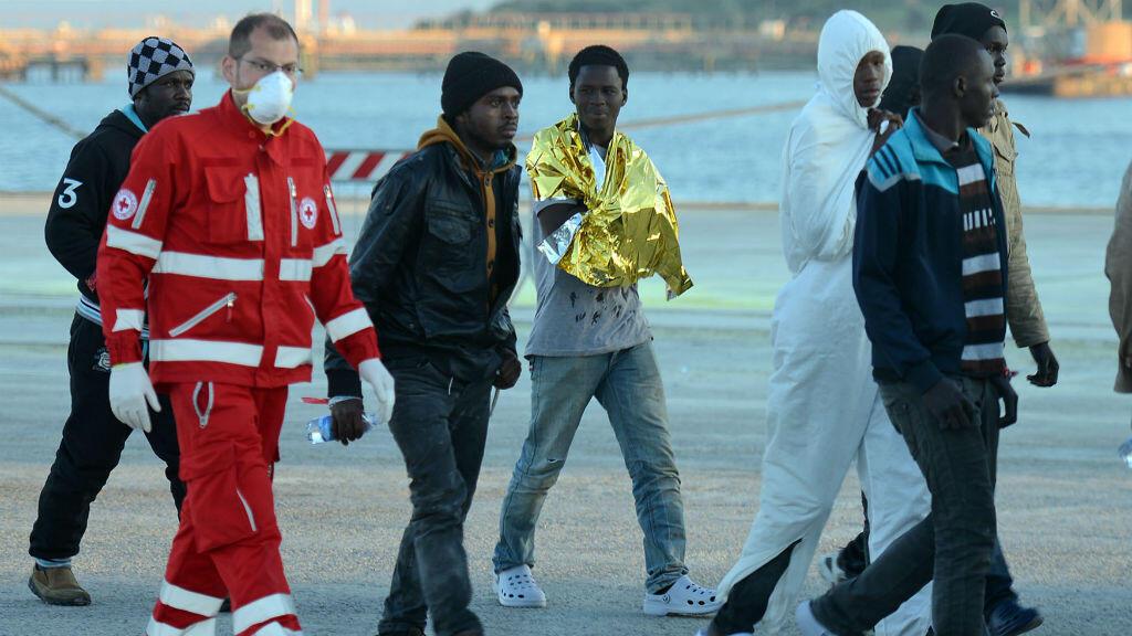 Des migrants clandestins arrivent au port d'Augusta, en Sicile, le 16 avril 2015.