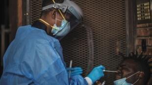 فحص لفيروس كورونا المستجد في حي يوفيل قرب وسط جوهانسبرغ، افريقيا الجنوبية، 3 نيسان/ابريل 2020.