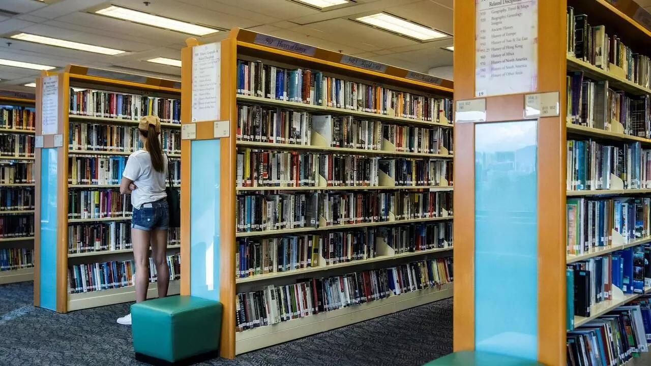 Una joven mira libros en una biblioteca pública en Hong Kong, el 4 de julio de 2020.