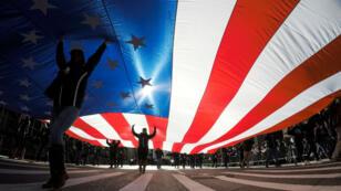 Bandera de Estados Unidos portada por oficiales durante el desfile del Día de los Veteranos.