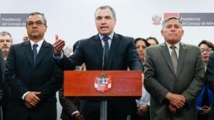El presidente del Consejo de Ministros, Salvador del Solar, y su gabinete en pleno en una declaración a la prensa nacional el 26 de septiembre en Lima, Perú.