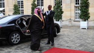 Mohammed Ben Salmane à son arrivée à l'hôtel Matignon pour rencontrer le Premier ministre français Édouard Philippe.