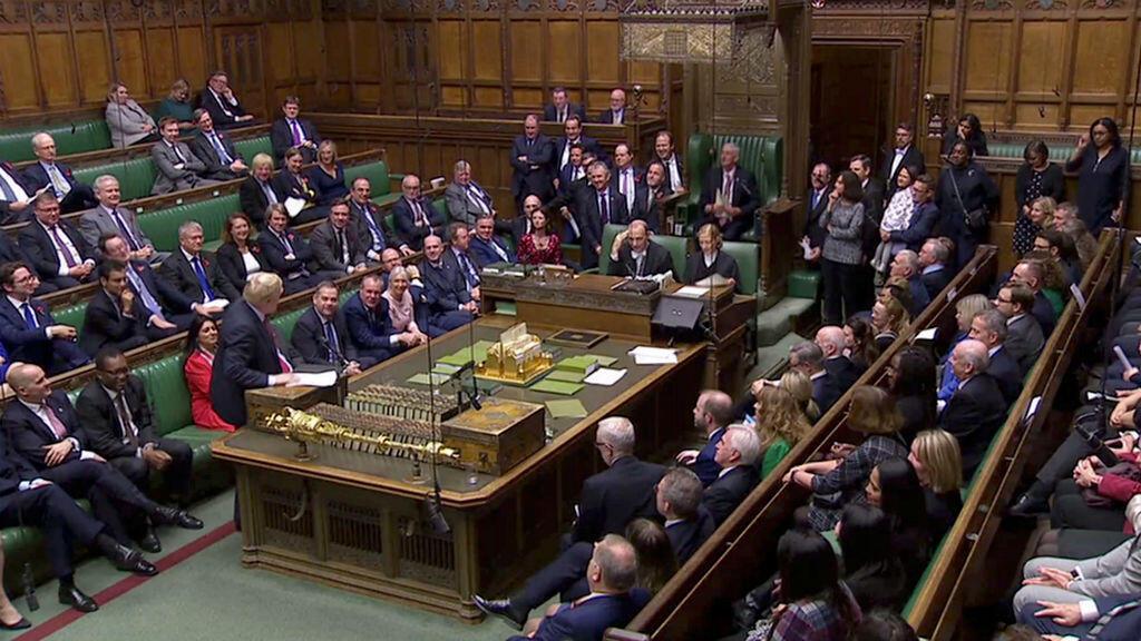 El primer ministro británico, Boris Johnson, se dirige al nuevo presidente de la Cámara de los Comunes, Sir Lindsay Hoyle , en Londres, Gran Bretaña, el 4 de noviembre de 2019.