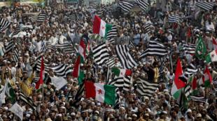 متظاهرون إسلاميون في مدينة لاهور، في 30 أكتوبر/تشرين الأول.