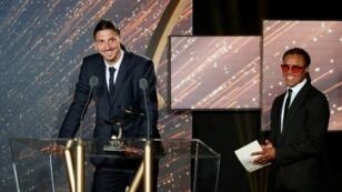 Le joueur suédois du PSG Zlatan Ibrahimovic reçoit le dimanche 8 mai 2016 son prix de meilleur joueur de Ligue 1 décerné par l'UNFP.