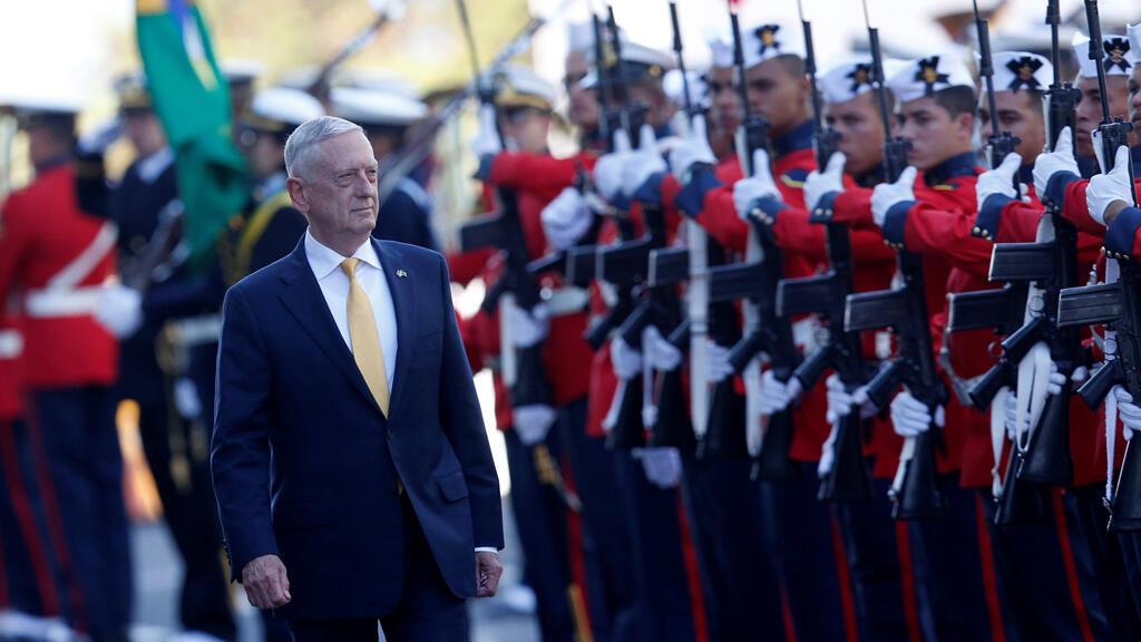James Mattis frente a la guardia de honor en Brasilia, Brasil, el 13 de agosto de 2018.