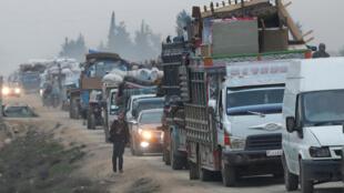 قافلة من النازحين تغادر مدينة سرمادة في محافظة إدلب. 01/02/2020