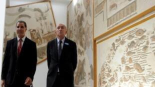 وزير الداخلية الفرنسي جيرار كولومب لدى زيارته متحف باردو بالعاصمة التونسية في 24 تموز/يوليو 2017