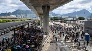 Des manifestants près d'une barricade incendiée à Hong Kong, samedi 31 août 2019.